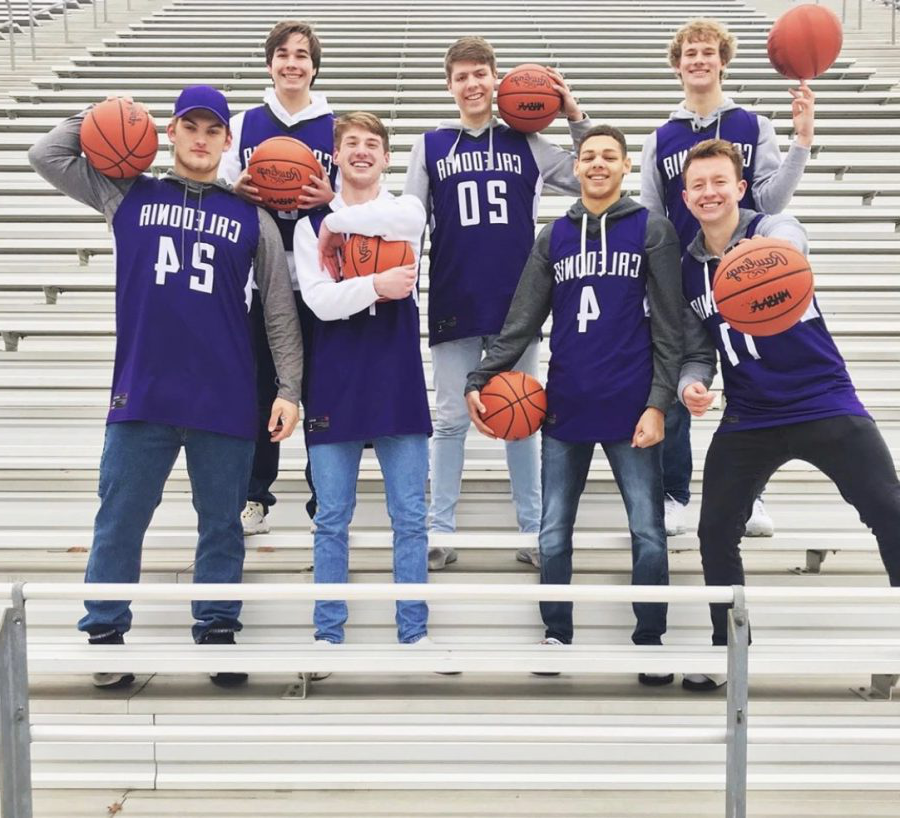 Seniors+Keegan+Peterson%2C+Jack+Snider%2C+Carter+Thomas%2C+Luke+Thelen%2C+Aaron+Henry%2C+Connor+Sprau%2C+and+Jerry+Mansifield+of+the+Varsity+boys+basketball+team.